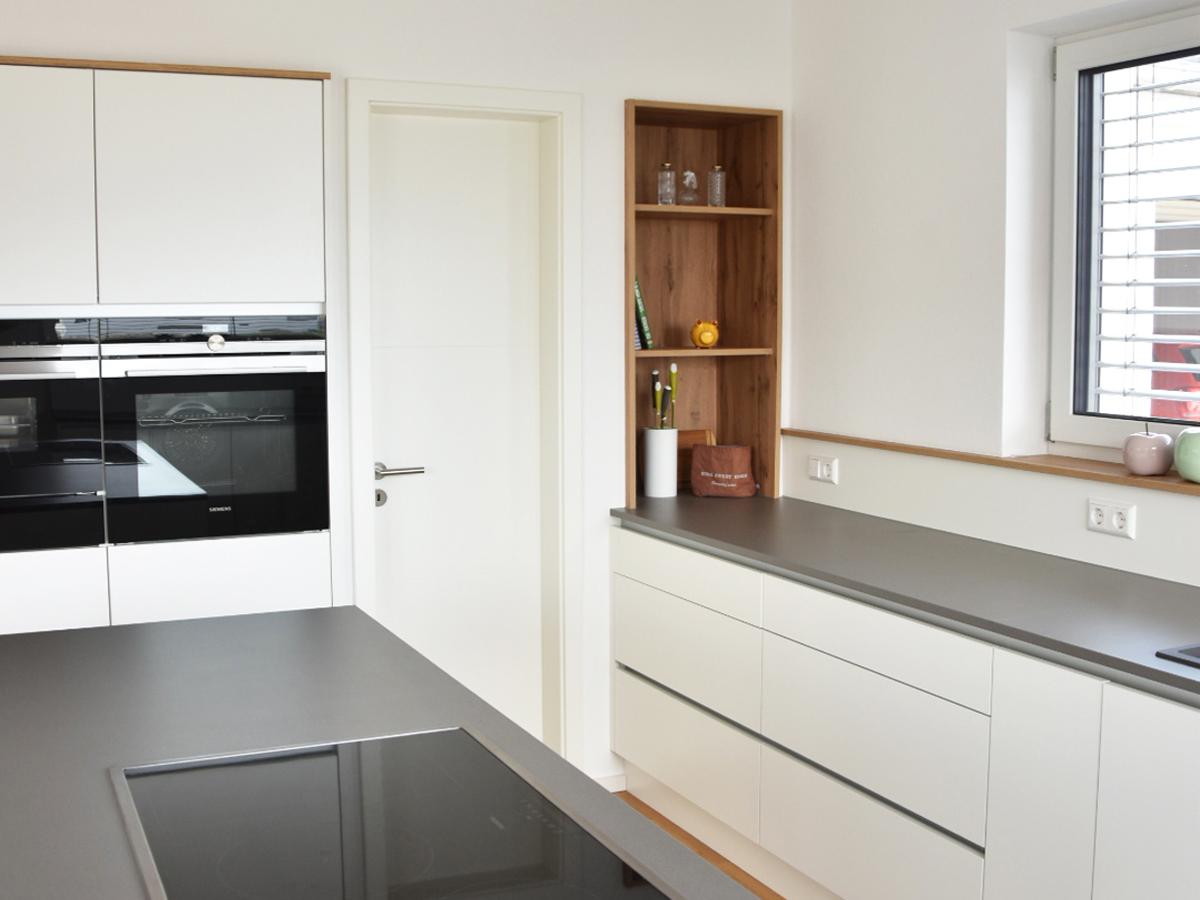 Küchenzeile mit Regal